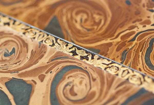 Detall de les guardes i del contracantell daurat