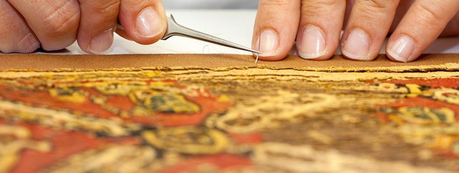 Imatge pràctiques restauració tèxtil.
