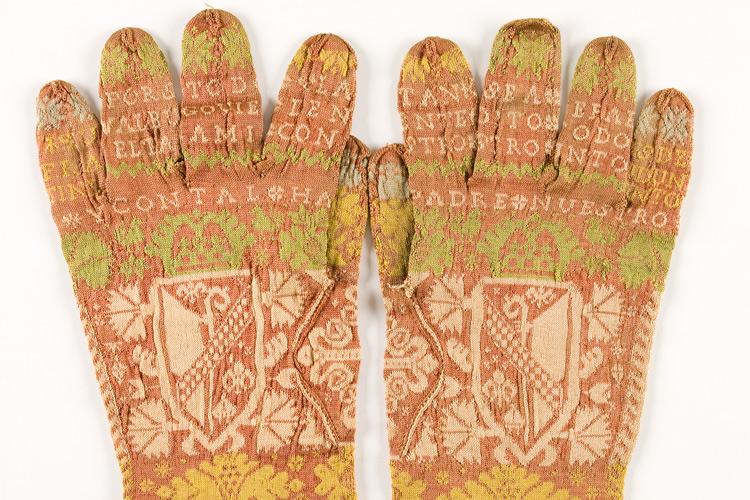 Imatge d'un parell de guants eclesiàstics de seda.