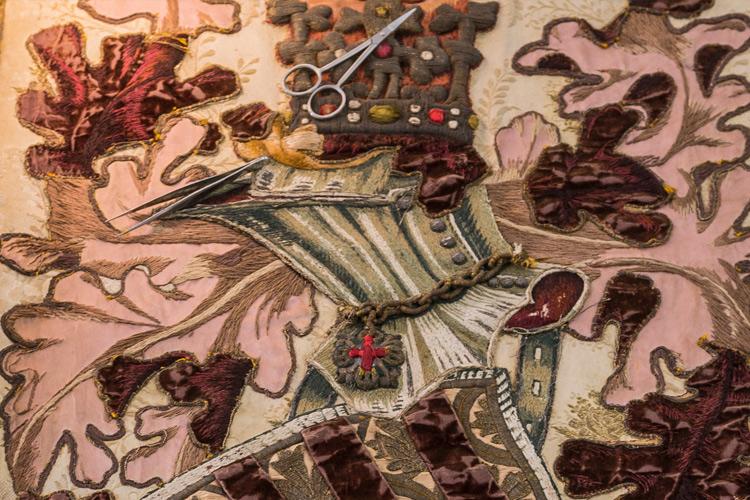 Imatge del tractament de conservació-restauració del Penó de l'Orfeó Català.