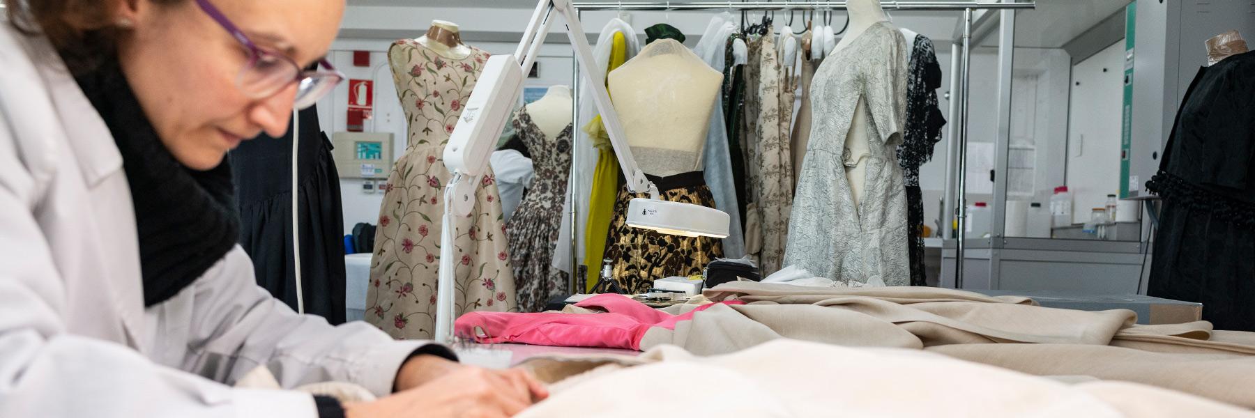 Imatge detall restauració vestits Balenciaga.