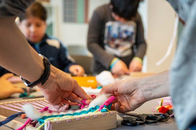 Imatge nou taller escolar que vincula tèxtil i sostenibilitat.