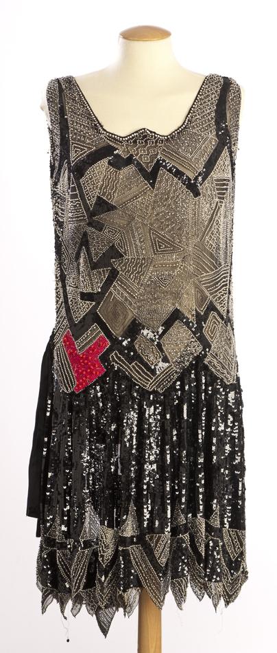 Vestit de tul i gasa negre, granadura metàl·lica i lluentons negres i plata