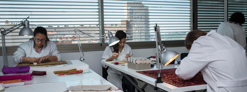 Imatge pràctiques de restauració tèxtil 2014