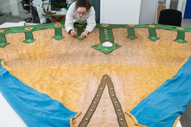 Imatge restauració del vestit del gegant vell de La Patum de Berga