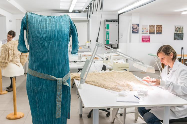 """Imatge restauració peça per exposició """"Sorolla y la Moda"""""""
