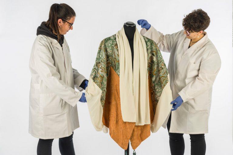 Imatge noves alumnes de pràctiques al Museu Tèxtil.