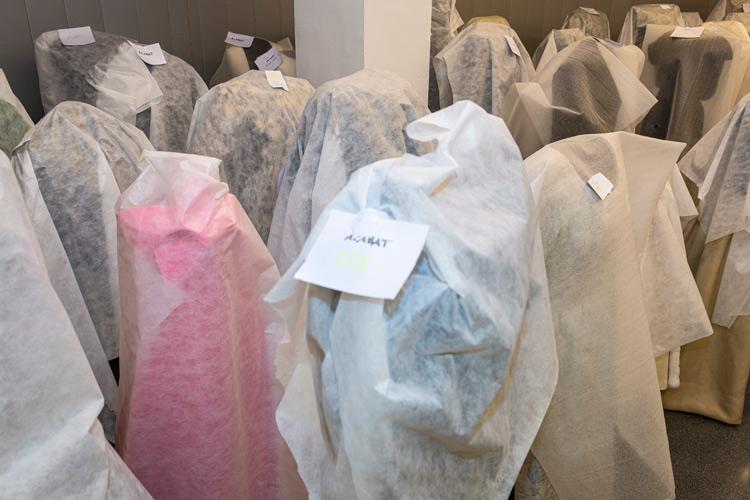 Imatge dels vestits de Cristóbal Balenciaga restaurats al Museu Tèxtil de Terrassa.