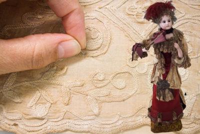 Imatge detall restauració de nines del Museu Romàntic de Sitges.