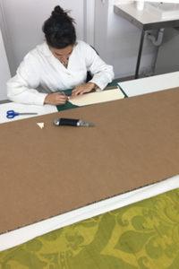 Imatge col·laboradora realitzant un suport rígid per a un domàs de seda.