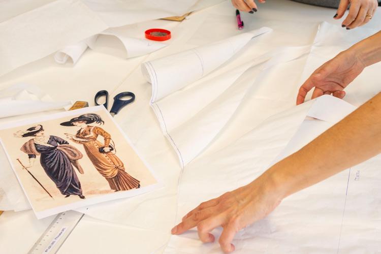 Imatge del curs d'indumentària modernista 2020 (a distància)