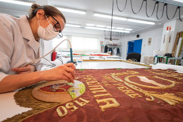 """Imatge """"Torna el treball presencial al taller de restauració tèxtil"""""""