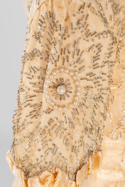 Imatge detall vestit de núvia modernista: Juana Valls modista de Barcelona.