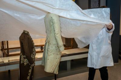 Imatge alumnes de l'UAB fent pràctiques al Museu Tèxtil